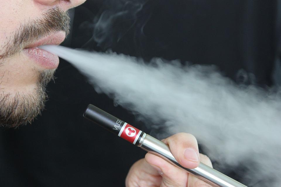 Cigarettes électroniques et danger : à quoi s'exposent les vapoteurs ?